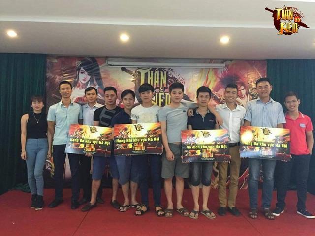 Mai.Huy - Nhà vô địch giải Chí Tôn Tranh Bá (đứng thứ 4 từ phải qua) cùng với các game thủ hạng 2, 3, 4 trong giải đấu
