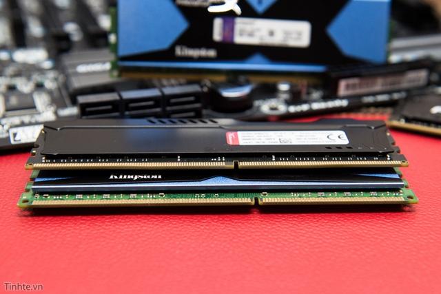 Dù chiều dài tương đương nhưng DDR4 (trên) có đến 288 chân trong khi DDR3 (dưới) chỉ 240 chân. Ngoài ra vị trí khuyết trên chân RAM cũng khác nhau nên bạn không thể gắn vừa trên bo mạch chủ khác loại.