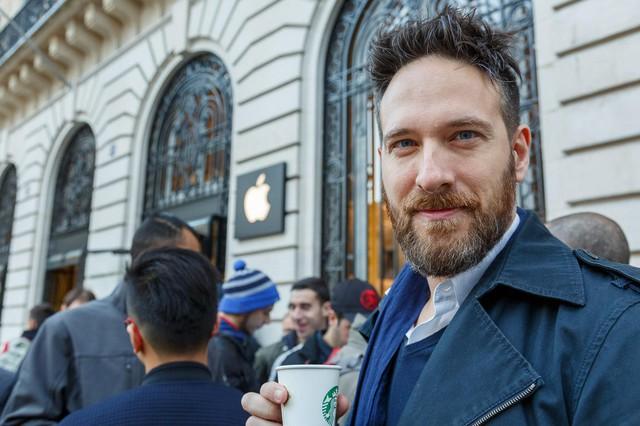 Manuel Cimarosti, 38 tuổi là người sở hữu tất cả các đời iPhone từ trước tới nay. Anh chỉ mất 30 phút để xếp hàng mua iPhone 6s thay vì 6 tiếng xếp hàng chờ mua iPhone 5s cách đây 2 năm.