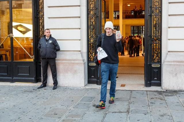Jonathan Pierrard bước ra từ một cửa hàng Apple Store tại Paris, Pháp. Anh là người đầu tiên sở hữu chiếc iPhone 6s bản 64 GB màu xám tại đây.