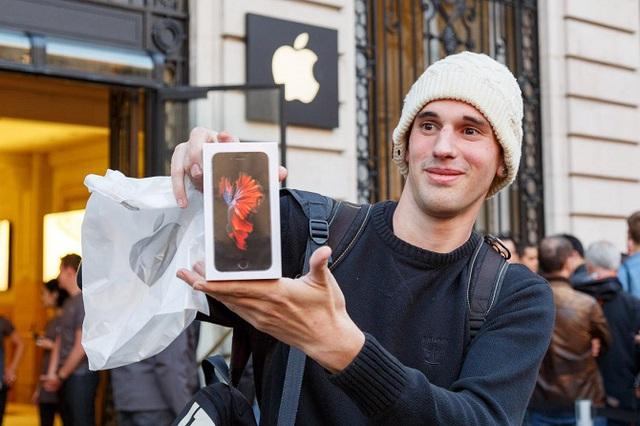 Người thợ cơ khí xe đạp 26 tuổi này đã đạp suốt 4h đồng hồ từ Bỉ tới Pháp để có mặt trong hàng mua iPhone trước 1 ngày. Anh cũng là người đầu tiên sở hữu iPhone 6s tại Pháp.