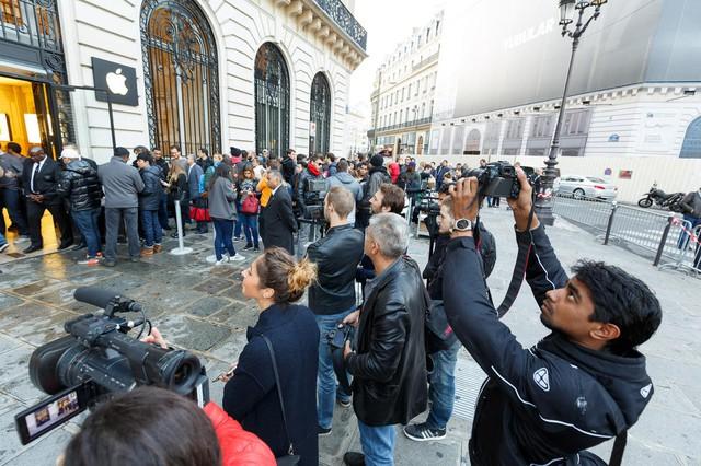 Khoảng 20 phóng viên tin tức tại Pháp đã có mặt tại cửa hàng Apple Store ở Paris để ghi nhận không khí xếp hàng mua iPhone mới.