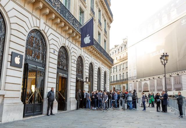 Rất đông người tiêu dùng đứng trước tòa nhà Paris Opera để đợi mua bộ đôi iPhone thế hệ mới.
