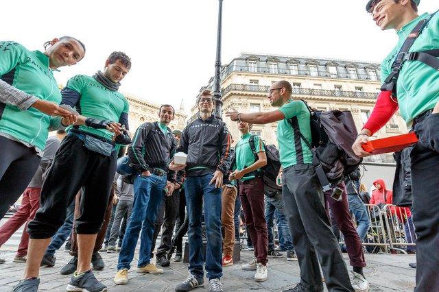 Ở Paris, Pháp, dòng người chờ đón bộ đôi iPhone mới được cấp đồ ăn miễn phí từ 300 nhà hàng khác nhau ở Paris thông qua công ty giao hàng khởi nghiệp Take Eat Easy.