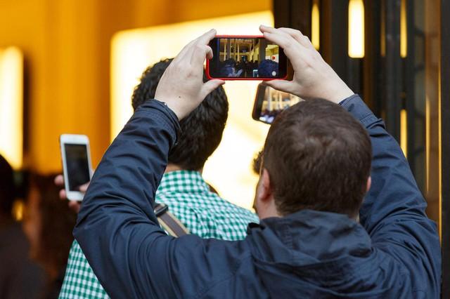 Các khách hàng mua iPhone 6s đầu tiên tại Paris, Pháp đã được chào đón bởi màn vỗ tay và cổ vũ cuồng nhiệt của nhiên viên Apple. Một khách hàng đã quay lại cảnh trên để lưu lại những ký ức ấn tượng nhất.