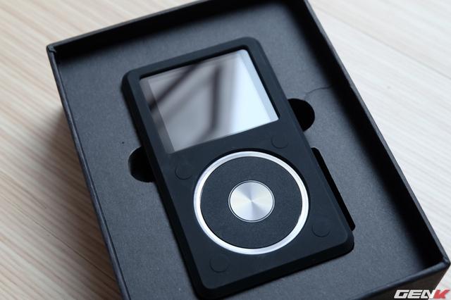 Mở hộp, Fiio X5-II được bọc sẵn bởi bao silicon màu đen