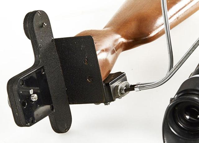 Camera được gắn với báng súng trường sử dụng một ốc vít tiêu chuẩn.
