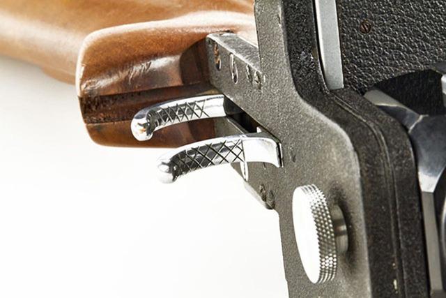 Cò súng cũng là lẫy dùng để bấm chụp ảnh.