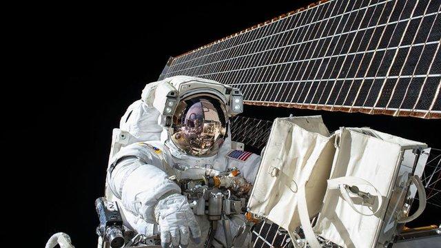 Hình ảnh tự sướng của các phi hành gia khi bước ra bên ngoài trạm ISS để tiến hành sửa chữa một số thiết bị đo đạc vào tháng 11/2015.