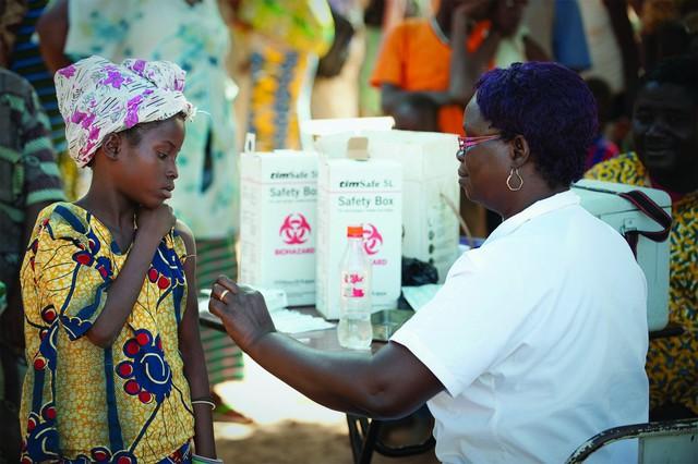 4. Vaccine sốt rét với khả năng ngăn chặn việc muỗi mang mầm bệnh từ người này truyền sang người khác, có thể giúp bệnh sốt rét không lây lan trên diện rộng. Phương pháp này hiện vẫn chưa được áp dụng.