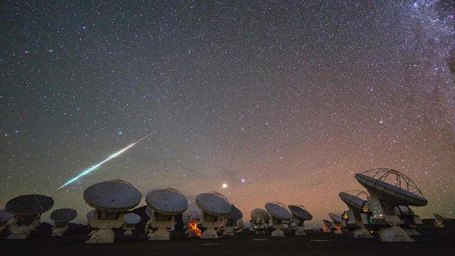 Sao băng vụt qua bầu trời trạm quan sát vũ trụ của Cơ quan không gian Châu Âu tại sa mạc Atacama, Chile.
