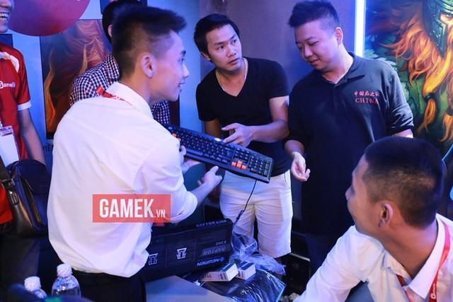 ShenLong (áo đen bên phải) tiếp tục thể hiện phong độ đáng thất vọng.