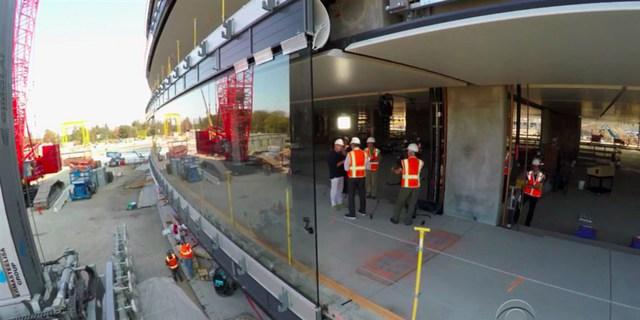 """""""Đây là tấm kính cong lớn nhất thế giới từng được sử dụng"""" - Jony Ive giới thiệu"""