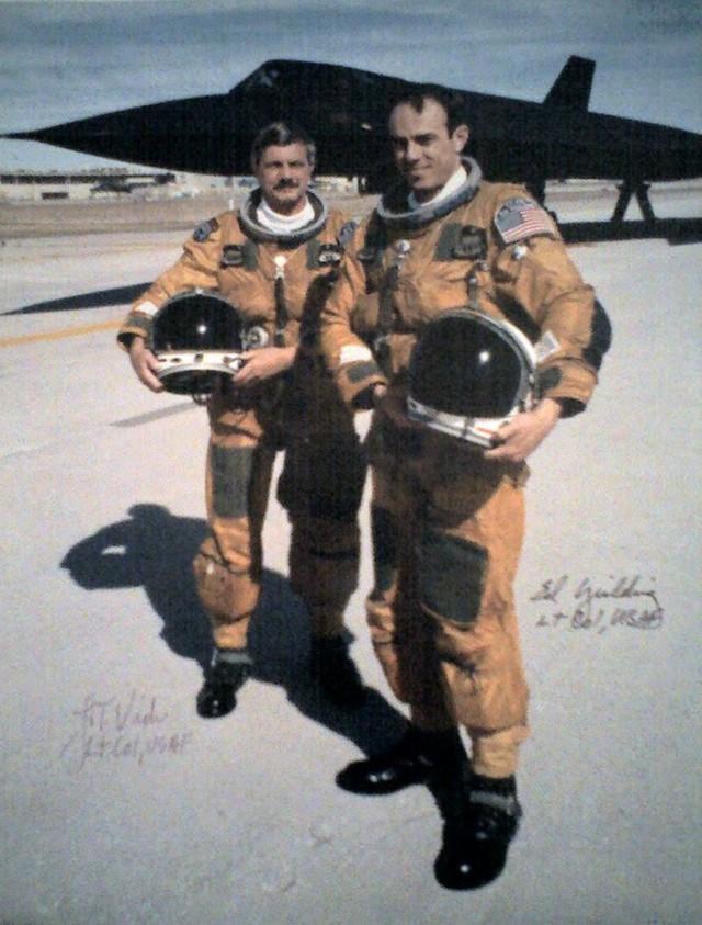 Trung úy phi công Col. Ed Yielding và trung úy hoa tiêu Col. Joe Vida với chuyến bay cuối cùng của Sr-71 ngày 6 tháng 3 năm 1990