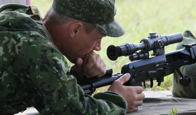 Một sĩ quan Nga đang thử nghiệm mẫu súng bắn tỉa mởi do ЦНИИточмаш chế tạo