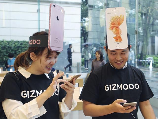 Makiko Maeda, 28 tuổi là một trong những người may mắn sở hữu trong tay chiếc iPhoen 6s mới tại thị trường Nhật Bản.