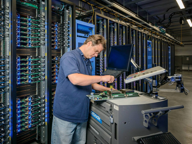 Với cơ chế sao lưu, đồng bộ dữ liệu liên tục, các kĩ sư có thể sửa chữa trực tiếp các bộ phận mà không gây ảnh hưởng tới hoạt động của Facebook