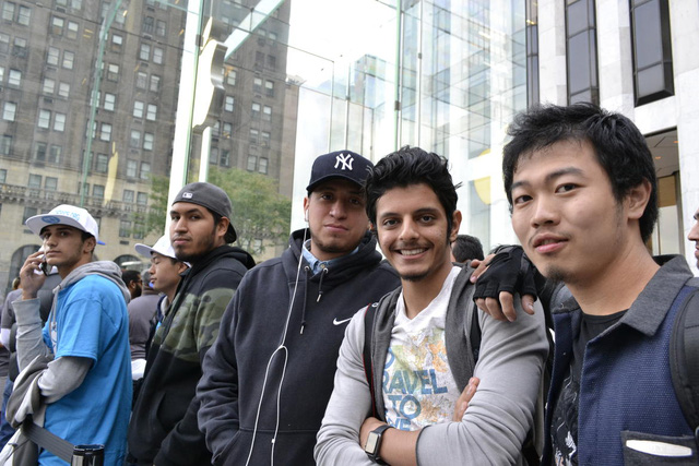 Salman Alotaibi (ở giữa) đã đứng đợi trong dòng người tại Apple Store Fifth Avenue từ khoảng 3 ngày trước. Anh là một cầu thủ 18 tuổi người Cô-oét. Kế hoạch của anh năm nay là thay mới chiếc iPhone 6 Plus của anh bị vỡ màn hình với chiếc iPhone 6s Plus màu hồng vàng.
