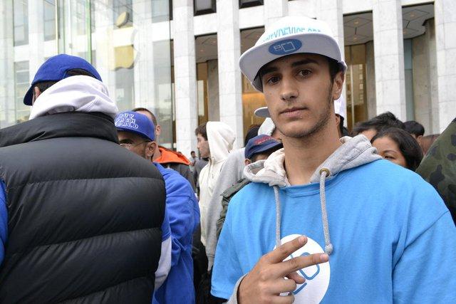 Andreas Frantzis, 18 tuổi, vừa mới tốt nghiệp THPT Queens đã đứng đợi trong dòng người khoảng 2 tuần trước khi Apple Store Fifth Avenue ở New York mở bán bộ đôi iPhone 6s và 6s Plus.