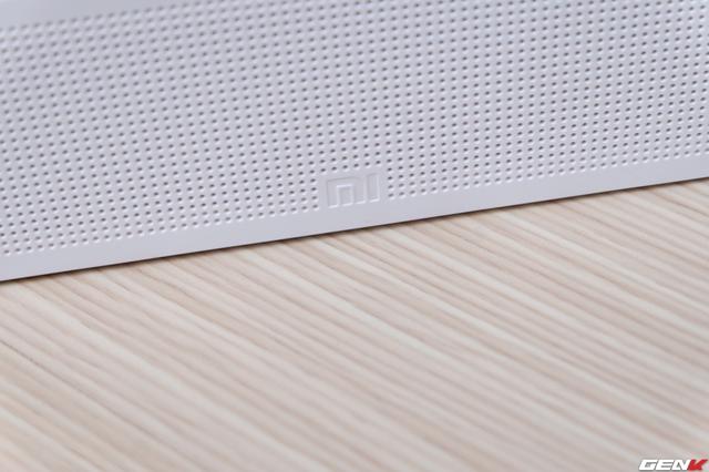 Mặt trước với logo Xiaomi nằm phía dưới, ở trên là lỗ dành cho loa