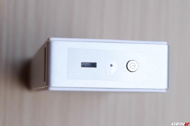 Thiết kế loa cũng tối giản đến mức chỉ có 1 cổng microUSB bên cạnh phải cho sạc. Ngay phía trên là nút nguồn kiêm nút Play/Pause. Ở giữa là đèn LED hiển thị trạng thái loa (đang sạc, chưa kết nối, đang kết nối).