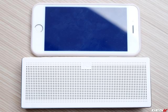 Kích thước của loa: 154.5 x 62 x 25.3mm. Square Box không quá to khi đặt cạnh iPhone 6.