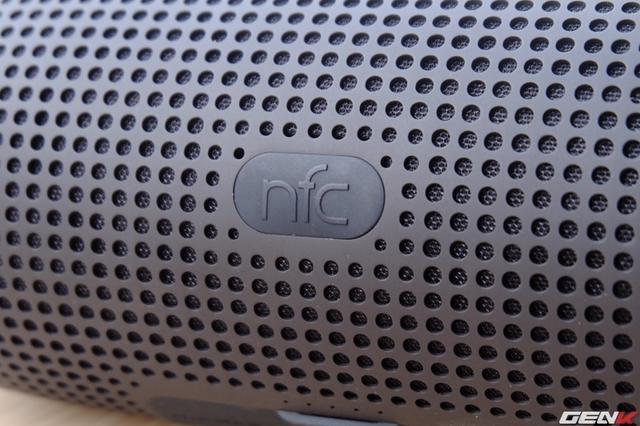 Phía sau loa là vị trí kết nối NFC