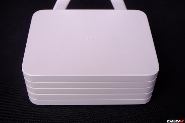  Mi Wifi Router sở hữu kích thước khá lớn khi so sánh với nhiều loại router wifi khác trên thị trường hiện nay. Điều này cũng dễ hiểu vì bên trong nó là ổ cứng dung lượng 1TB cùng hệ thống main, chip và ram