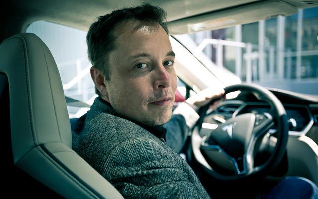 Elon Musk cùng một sản phẩm xe điện của Telsa.