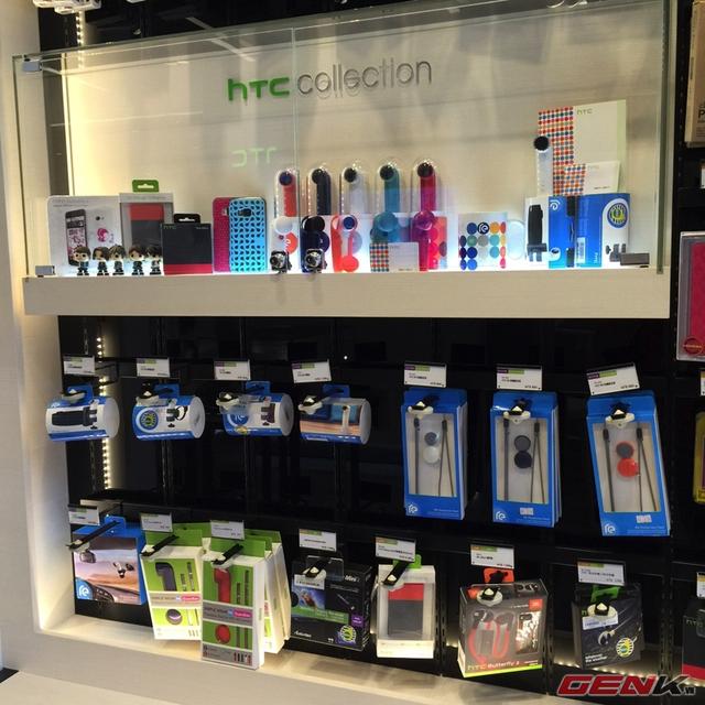 Đầy đủ phụ kiện chính hãng được bày bán tại gian trưng bày của HTC tại tầng trệt.