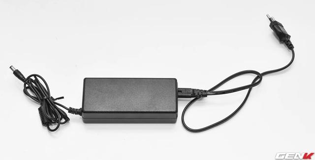 Loa sử dụng nguồn điện trực tiếp thông qua adapter, không có pin.