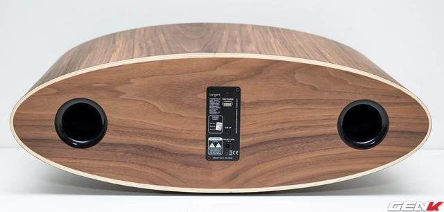 Mặt sau loa cũng được ốp vân gỗ rất đẹp