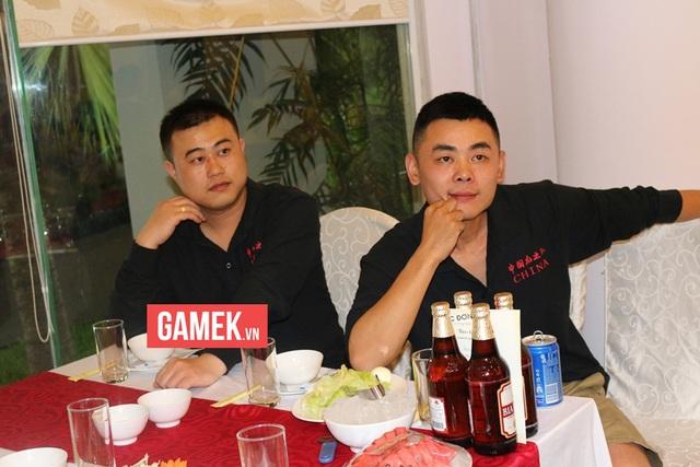 Chiến Tướng (bên phải) được nhận xét là rất vui tính và hòa đồng. Bên cạnh anh là game thủ Tiểu Hòa Ca.