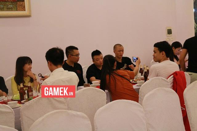 ShenLong thì tranh thủ tự sướng với fan nữ.