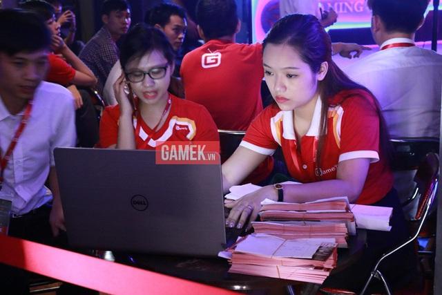 Nữ nhân viên bán vé xinh đẹp của ban tổ chức (cho các ngày thi đấu 14 và 15)