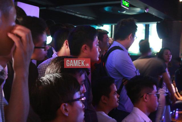 Khán giả chen nhau để có được vị trí đẹp nhất theo dõi trận đấu hấp dẫn giữa Siêu Sao Trung Quốc và Siêu Sao Việt Nam.