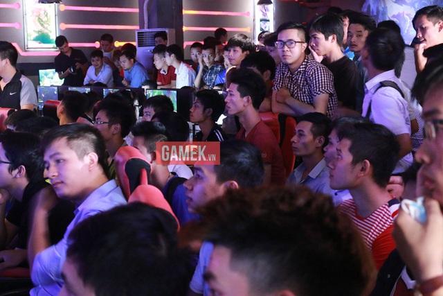 Khán giả kéo tới Epic Gaming Center ngày một đông hơn, không khí tại đây đang vô cùng nóng bức và ngột ngạt.