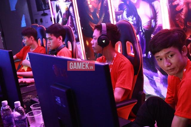 4 đại diện xuất sắc của AoE Việt Nam (từ trái qua phải: Hồng Anh, Chim Sẻ Đi Nắng, Bibi, VaneLove).