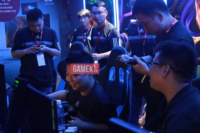 ShenLong vẫn cười rất tươi dù mới thua trận trước AoE Việt Nam.