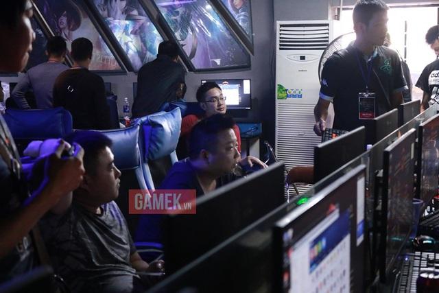 ShenLong chăm chú theo dõi lại các thông số trận đấu để xem mình đã thua vì đâu.