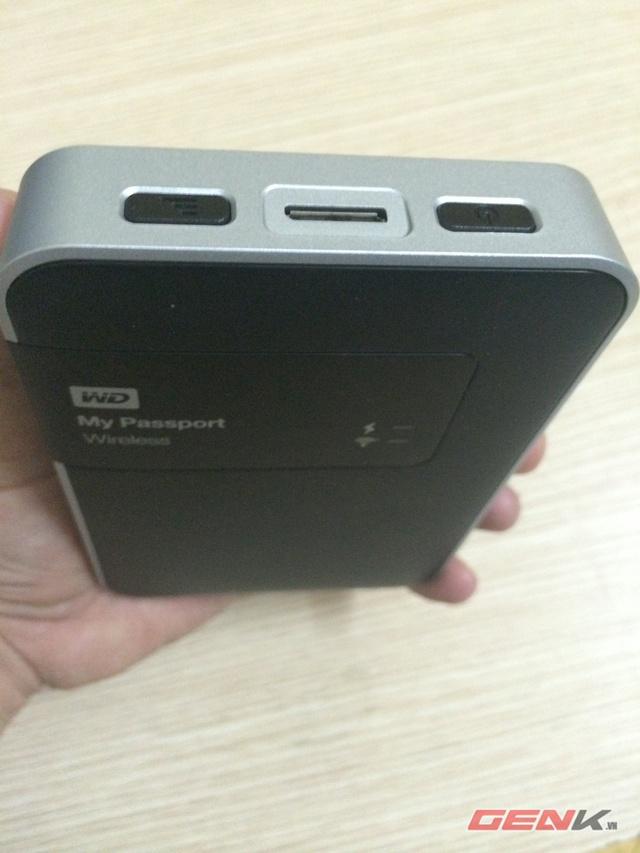 Cạnh trên là nút nguồn và WPS/ Battery, giữa là cổng USB tính năng vừa sạc và truyền dữ liệu.
