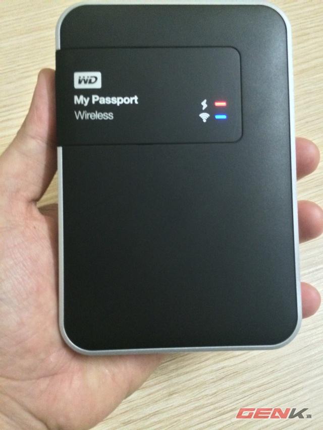 Phần bề mặt nhựa của WD My Passport Wireless có màu đen với logo WD và 2 chiếc đèn led màu đỏ - xanh cho biết trạng thái Pin và Wifi.