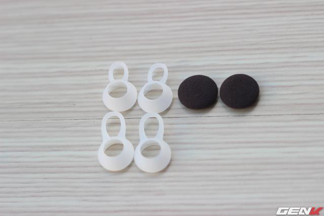 Đi kèm là 2 cặp bông tai và 2 cặp tips đặc biệt có tác dụng cố định vào khoang tai người đeo
