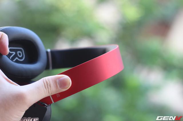 Phần headband làm từ kim loại nhưng rất mềm dẻo, bạn có thể uốn cong nó một cách dễ dàng