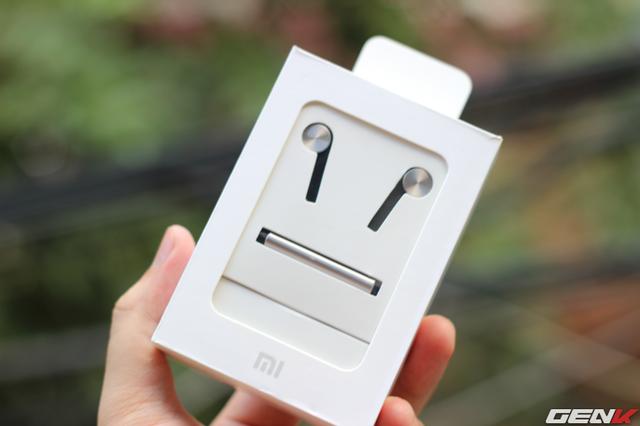 Vẫn là phong cách đóng hộp đơn giản của Xiaomi. Tuy nhiên đã có sự thay đổi khi bạn có thể ngắm chiếc tai nghe của mình qua lớp cửa sổ