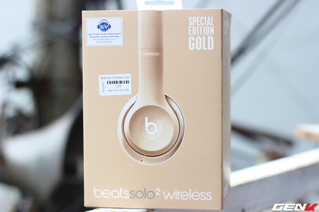 Beats Solo 2 wireless được đóng hộp đơn giản nhưng vô cùng đẹp mắt với tông màu của tai nghe bên trong