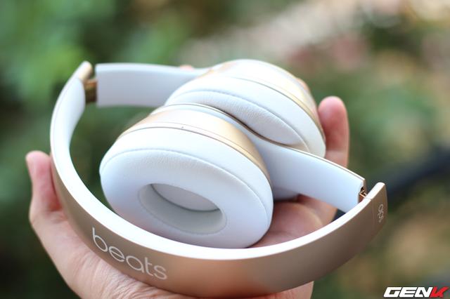 Thiết kế portable quen thuộc, người dùng có thể gập gọn để dễ dàng mang theo người. Một điểm cộng cho Beats Solo 2 là trọng lượng rất nhẹ, chỉ 215g.