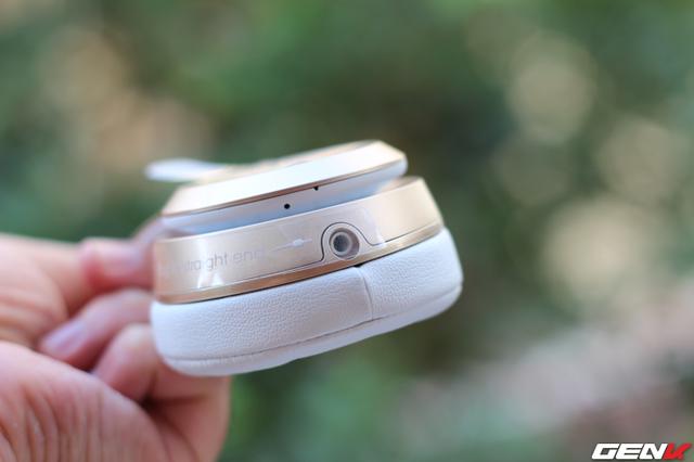 Trên Beats Solo 2 Wireless cũng có cổng cắm dây 3.5mm khi tai nghe hết pin mà người dùng chưa kịp nạp