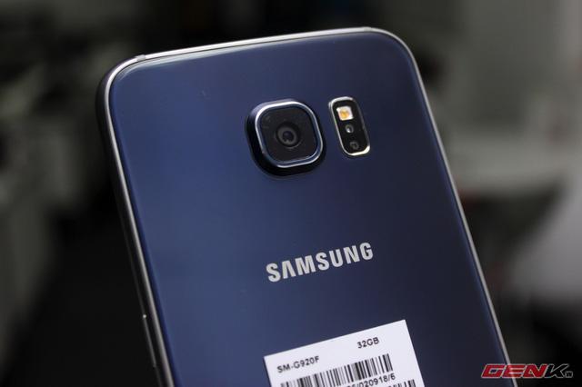 Camera có thiết kế lồi. Tuy nhiên, phần lớn phụ kiện của Samsung dành cho chiếc máy này đều có mặt sau có thể dát phẳng chiếc camera này.