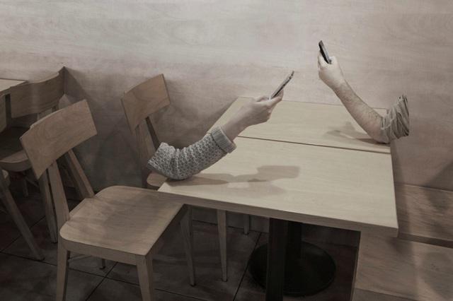 Đối diện nhau nhưng chúng ta không nói chuyện mà chúi đầu vào màn hình điện thoại
